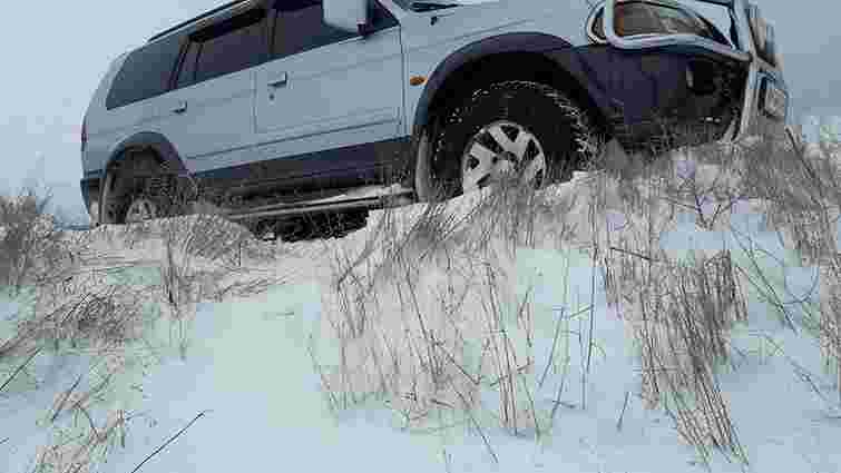 На Закарпатті чоловік допомагав штовхати Mitsubishi і загинув під його колесами