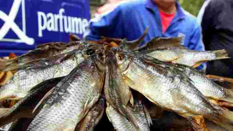 У Луцьку через неякісний товар обурена покупчиня побила рибиною продавчиню