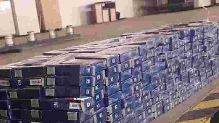 У спеціальних сховках автомобіля львів'янин намагався перевезти через кордон 1450 пачок сигарет