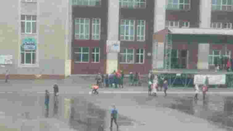 До приїзду Порошенка у Червонограді побілили бордюри, а потім назвали це вірусною рекламою