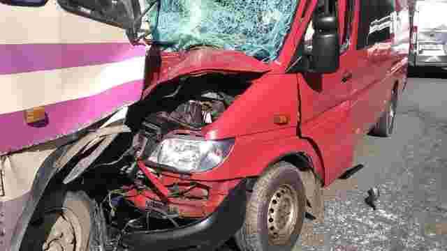 У подвійній ДТП з маршруткою на Львівщині постраждали четверо людей