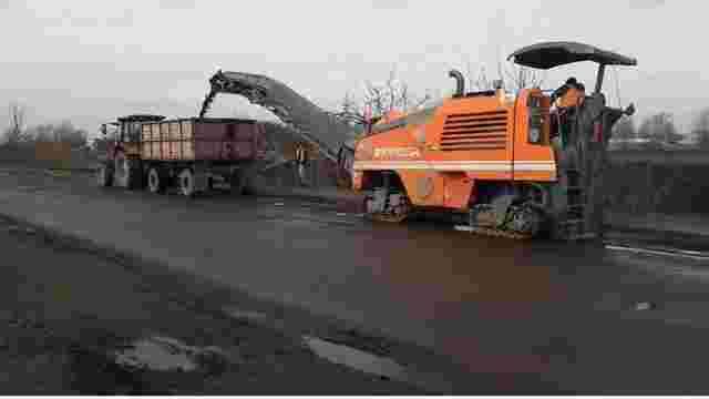 Порошенко проїхався аварійною дорогою у Червонограді і її одразу почали ремонтувати