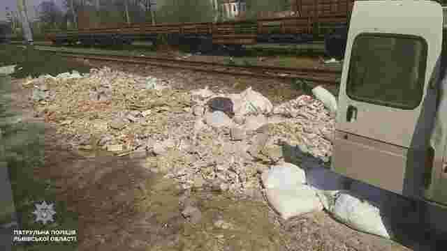 Львівські патрульні спіймали чоловіків, які вивантажували будівельне сміття біля колії