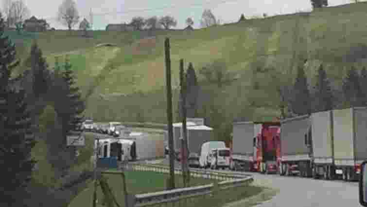 Перекинута вантажівка заблокувала рух на трасі Київ-Чоп біля Плав'є