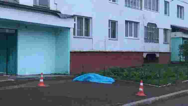 Біля багатоповерхівки у Новояворівську знайшли тіло 15-річної дівчини