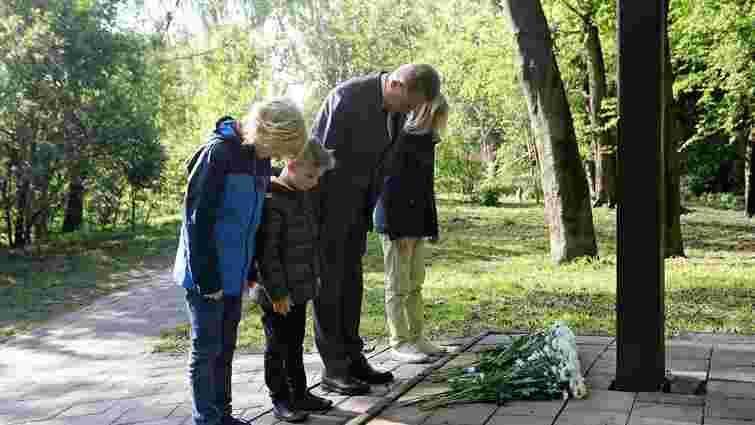 Мер Львова з синами вшанували пам'ять загиблих на місці колишнього концтабору «Шталаг-328»