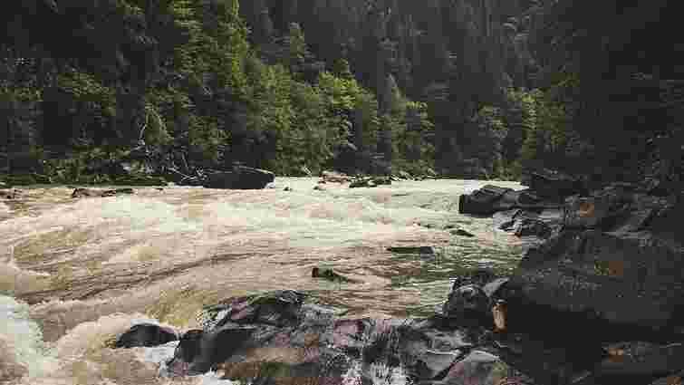 На Буковині терміново зміцнюють дамбу на одній із річок через загрозу прориву