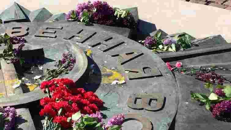 У Львові 35-річний чоловік обкидав яйцями радянський військовий меморіал на Пагорбі слави