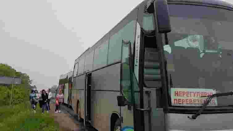 Під Кривим Рогом невідомі в балаклавах закидали камінням два автобуси