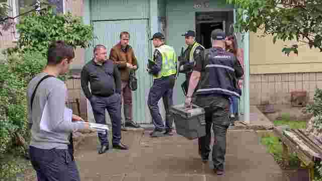 В київській квартирі знайшли виснажену дворічну дівчинку з мертвими батьками