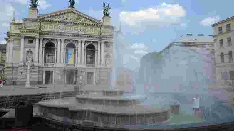 У Львові демонтують фонтан перед Оперним театром