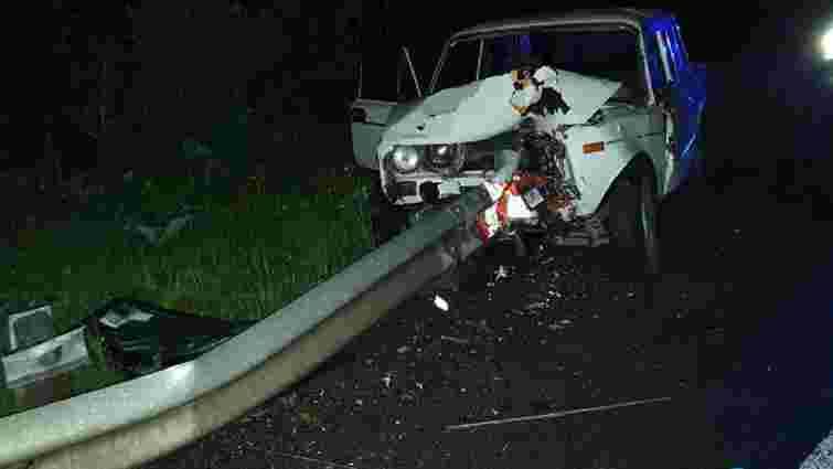 У Золочівському районі автомобіль в'їхав у відбійник, водій загинув