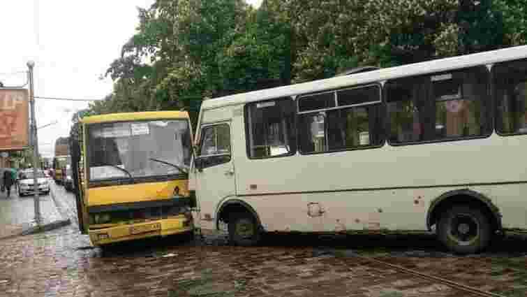 Внаслідок зіткнення двох приміських маршруток у Львові постраждали 5 пасажирок
