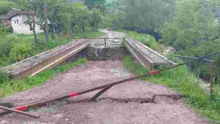 На Закарпатті внаслідок злив обвалився міст та затопило села