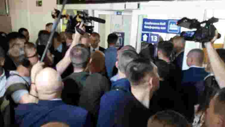 Охоронці Зеленського тричі вдарили в живіт журналіста під час спроби поставити запитання