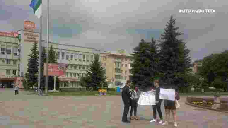 Хлопця і дівчину, які у Рівному виступали за імпічмент Зеленського, затримала поліція