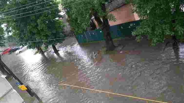 Внаслідок сильної зливи на вулиці Торф'яній потік води зірвав кришки каналізаційних люків
