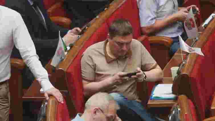 Дмитра Добродомова підловили на геймерстві у сесійній залі Верховної Ради