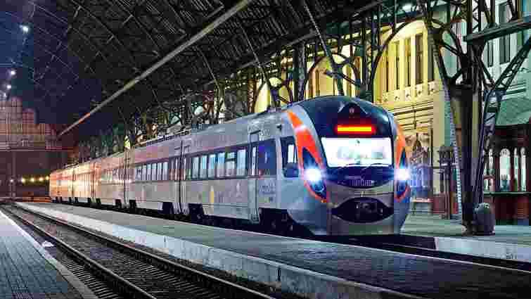 Хулігани закидали камінням поїзд Львів-Київ, завдавши збитків на 8000 доларів