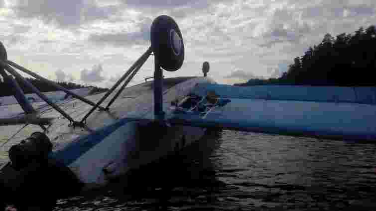 В одне з київських озер упав літак, двоє людей постраждали