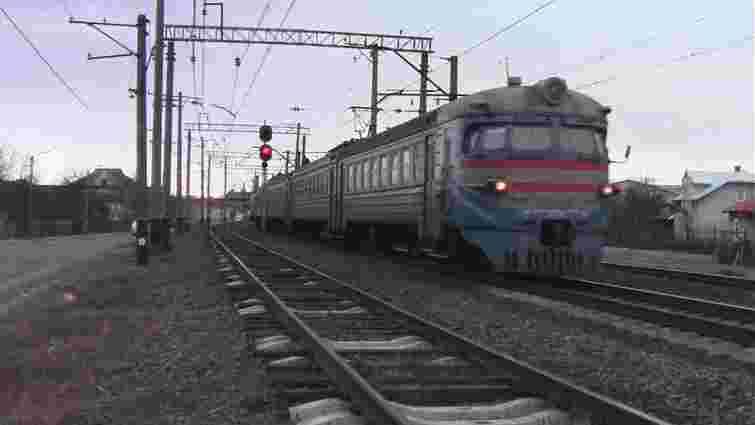 На Сихові поїзд сполученням Львів-Ходорів травмував молодого чоловіка