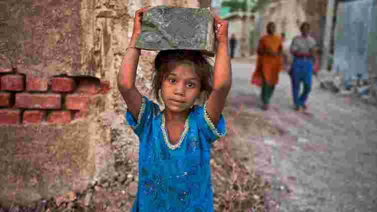 Кожна десята дитина в світі змушена працювати, аби допомогти родині