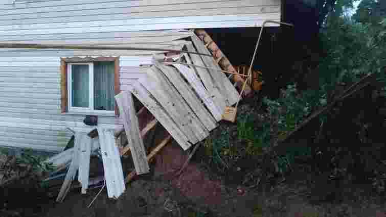 У Карпатах через зсув ґрунту частково обвалився житловий будинок