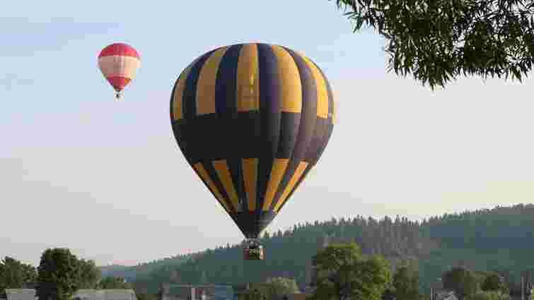 Повітряні кулі в небі над курортним містечком на Львівщині. Фото дня