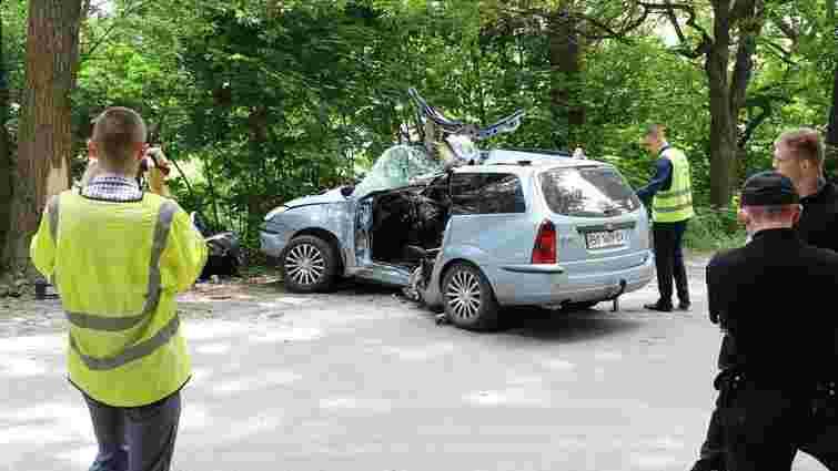 В Тернополі Ford Focus в'їхав у дерево: загинули двоє людей