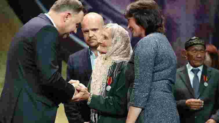 Анджей Дуда нагородив 75-річну українку, яка доглядала за могилами загиблих на Волині поляків