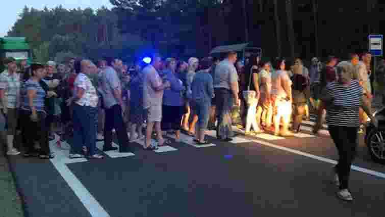 Понад 200 мешканців військового містечка у Яворові перекрили міжнародну трасу