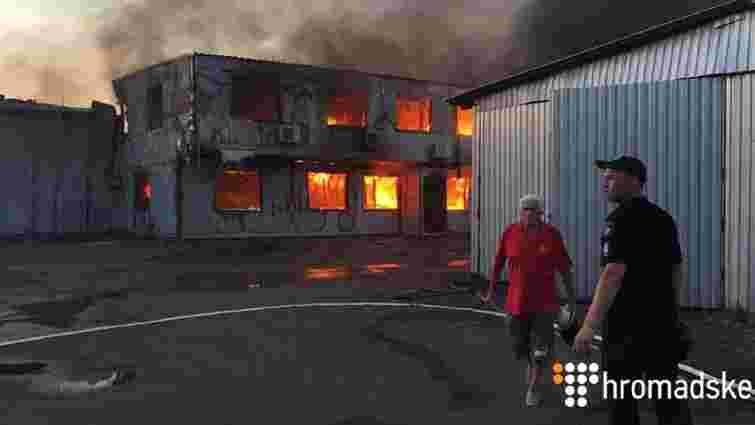 Рятувальники ліквідували масштабну пожежу на складі секонд-хенду під Києвом