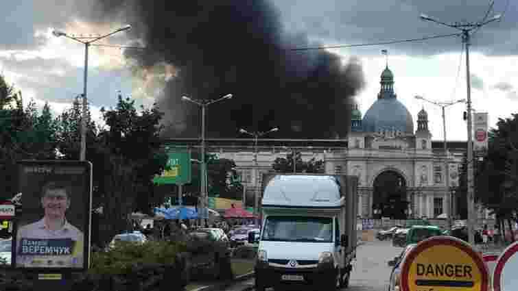 Біля залізничного вокзалу у Львові виникла масштабна пожежа