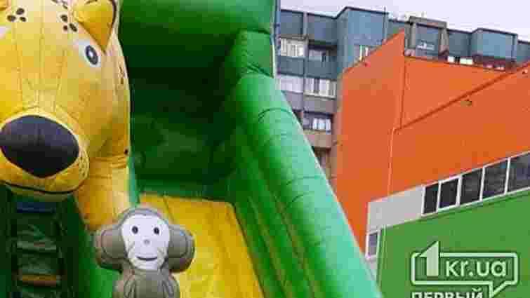 У Кривому Розі поривом вітру перекинуло батут з дітьми, є постраждалі