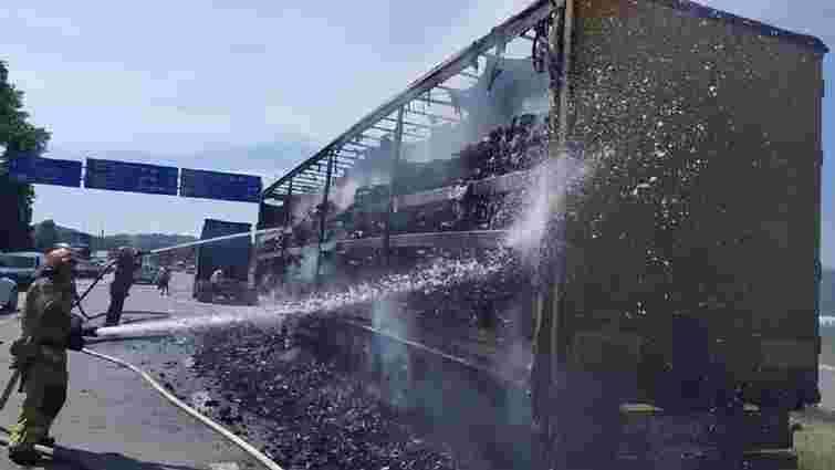 Біля Львова загорілася вантажівка з вугіллям