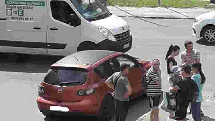 У Львові невідомі посеред дороги напали на водія Mazda 3