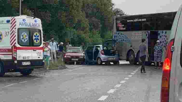 У Пустомитівському районі рейсовий автобус зіткнувся з двома автомобілями