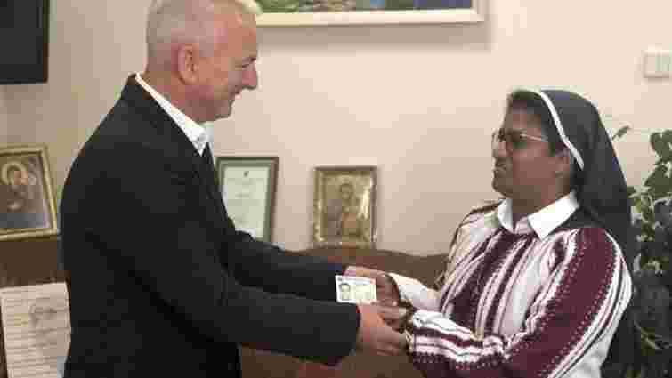 Зеленський надав українське громадянство черниці з Індії, яка допомагала військовим АТО