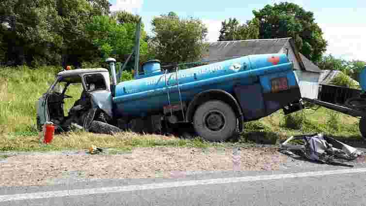 На трасі Львів-Луцьк з вантажівки випала металева конструкція і влучила у бензовоз