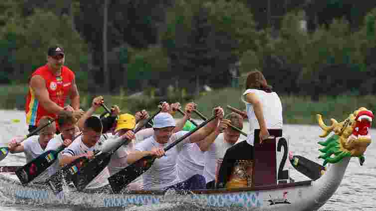 Поблизу Львова веслувальники змагалися на човнах-драконах