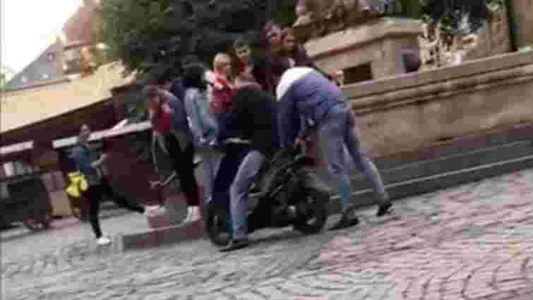 У пішохідній зоні в центрі Львова затримали п'яного водія мопеда