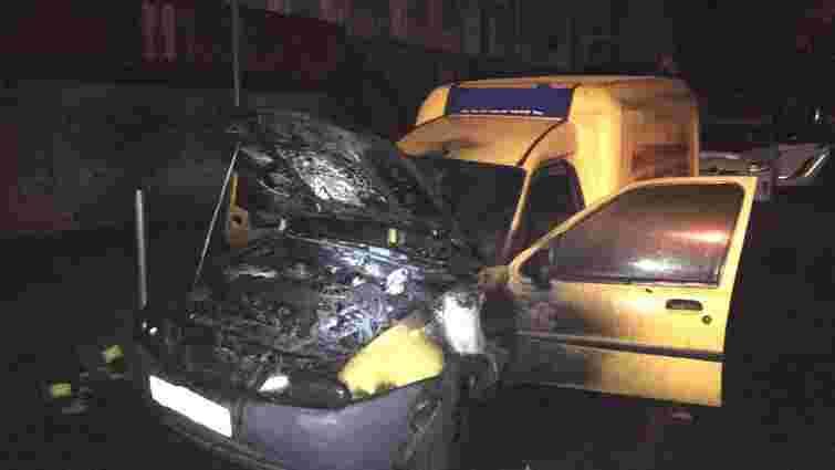 В центрі Рівного спалили автомобіль з агітацією за кандидата від «Свободи»