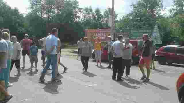 На Верховинщині місцеві жителі третій день блокують дорогу і вимагають її ремонту