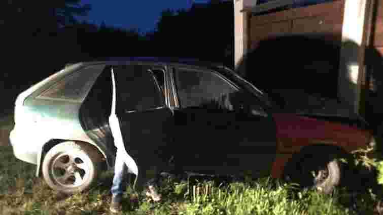 На Яворівщині п'яний водій втікав від патрульних та в'їхав у паркан