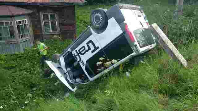 У Сколівському районі мікроавтобус в'їхав у зупинку з людьми, загинула 42-річна жінка