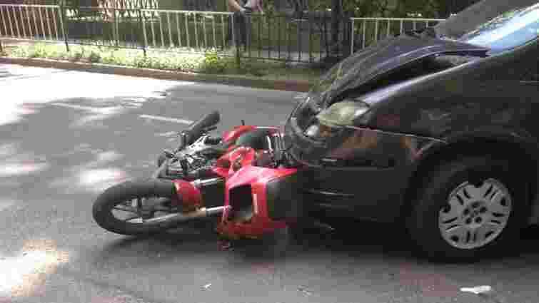 На вулиці Горбачевського у Львові зіткнулися мотоцикл і автівка