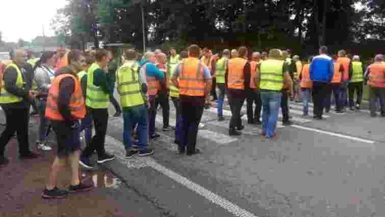 На Львівщині близько 200 водіїв вантажівок перекрили трасу Київ – Чоп