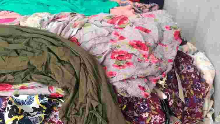 Львівські митники вилучили у 28-річного чоловіка 1500 жіночих суконь та блузок