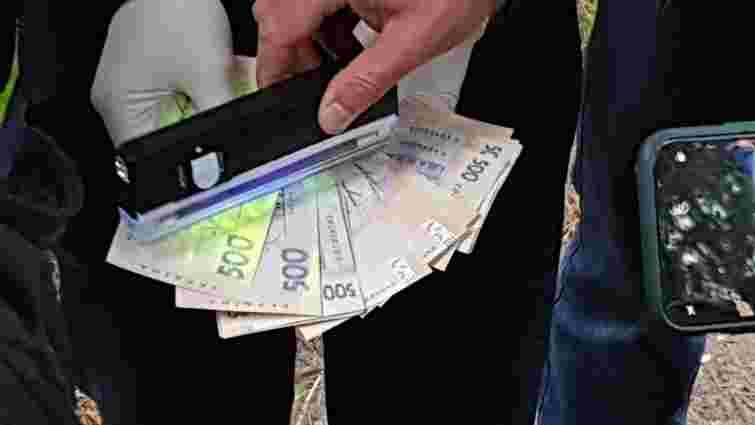 ДБР Львова затримало прикордонника на хабарі 15 тис. грн за сприяння контрабандистам