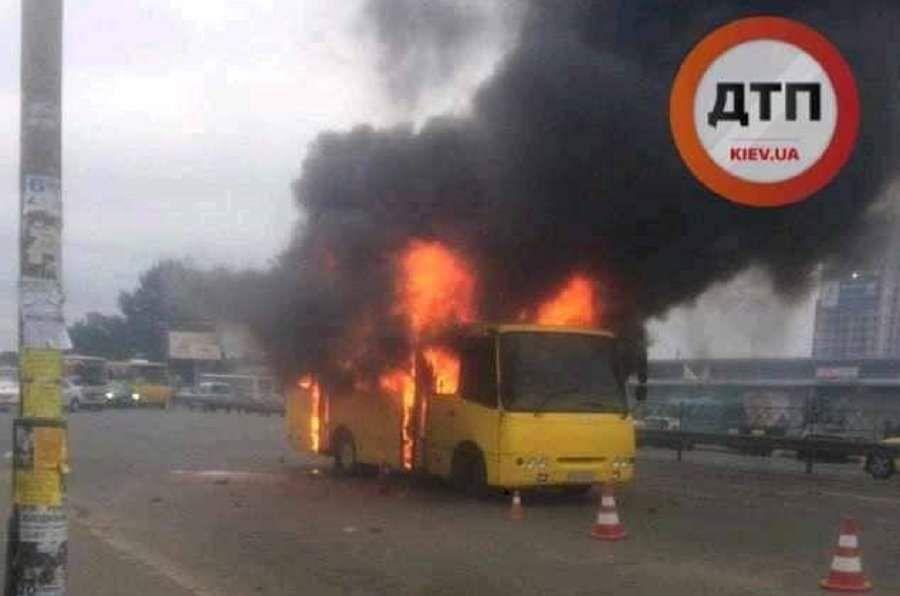 Маршрутка загорілася після того, як в неї кинули пляшку, фото dtp.kiev.ua